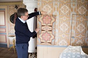 Salen på övervåningen var husets finrum. Målningen på snickerierna är original och matchar tapeterna. En bit av en rulle som sparats på vinden visar hur färgerna såg ut när tapeten var ny.