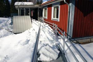 Massor med snö från taket har rasat ner över rullstolsrampen hos Birger Nilsson i Rastorp.
