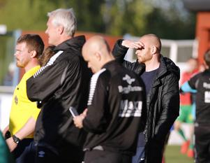 Dalkurds dåvarande tränare, Andreas Brännström, har ett fint facit från matcherna mot Brage. I förgrunden ses även Brages dåvarande tränarduo, Bosse Wålemark och Gerhard Andersson.