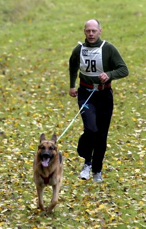 Trea. Jan Gunnarsson från Hällefors kom med sin hund på tredjeplats i linlöpning.