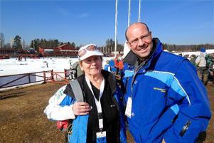 Skidstjärnor. Toini Gustafsson Rönnlund och Torgny Mogren följer tävlingarna från åskådarplats.