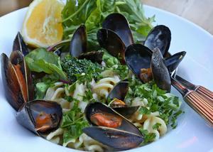 Musselsoppan Clam Chowder är förebilden till musselsåsen som bjuds med pasta och grönt.    Foto: Dan Strandqvist