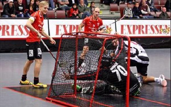 ETTAN KOM. Mattias Helgesson (längst bort) skickar in Faluns ledningsmål. Johannes Skog som gjorde både 2–0 och 3–0 ser bollen gå i mål.Foto: JOHNNY FREDBORG