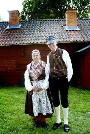 STAMMISAR. Bengt och Birgitta Thörnblom i Valbos folkdräkt är vana besökare på Byss-callestämman i Älvkarleby. De tillhör Älvkarleby folkdansgille och ser mest framemot logdansen som kommer senare på eftermiddagen.