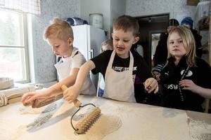 Elliot Nilsson, Alfons Hultgren och Nellie Hultgren provar på att baka tunnbröd.