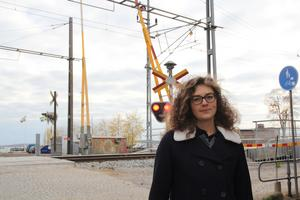 Bebyggelseantikvarie Erika Persson är orolig över hur sjöbodarna närmast spåren kommer att klara ökad trafik.
