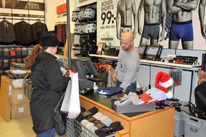 Daniel Holmberg, säljare på Dressmann, sålde en hel del skjortor till nyår under mellandagsrean.