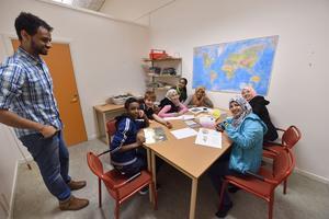Språkstödjaren Kif tillsammans med Ayman, Mohammed, Isra, Yusra, Ashwak, Sara och Sedra.