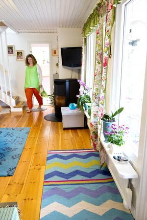 Ljust. I vardagsrummet är väggarna ljusa. Grönt och blått i detaljer är avstressande.