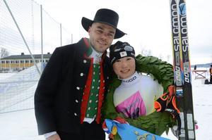 Kranspojken Morgan Aagård tillsammans med damsegraren Masako Ishida, Japan.   Foto: Audun Fagerli
