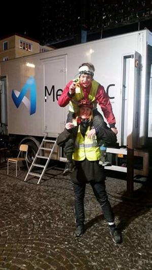 Julius Aspman och Björn Daniels väntar backstage på att få komma in i studion.
