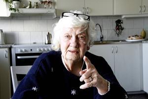 Maj-Britt Andersson är kritisk mot såväl sonens förvaltare som mot en del av hans personliga assistenter.