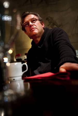 """Regissören Bent Hamer föll för författaren Levi Henriksens medmänsklighet och generositet i novellsamlingen """"Bare mjuke pakker under treet"""". """"Han kan konsten att se människan"""", säger han."""