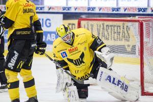 Henrik Lundberg fick kliva fram med några viktiga räddningar när VIK Hockey tog två poäng i kvalseriepremiären.