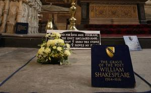 William Shakespeares grav i Holy Trinity Church i Stratford, England, undersöks med skanner.
