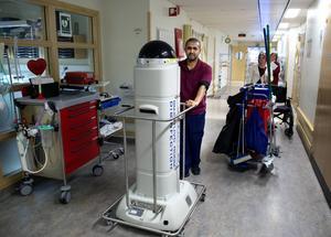 Salem Abdu visar upp sjukhuset nya städrobot.