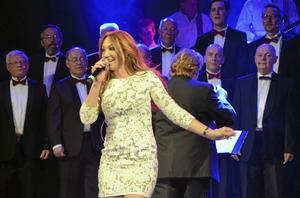 Gästartist. Show. Charlotte Perrelli gästade Askersunds manskörs Jubelshow, bland annat med sin vinnarlåt