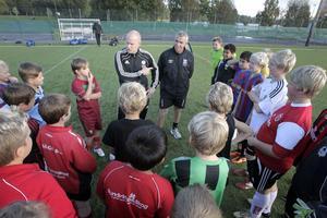 Kenneth Öberg och Craig Hepburn, vd för fotbollsakademin i Sydafrika, samlade träningsgruppen inför starten.