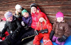 – Barn är kommunens framtid, tycker ThereseZetterman (S) som ska leda kommunens utvecklingsarbete. Här firar hon sportlov tillsammans med Anna Zetterman, Matilda Berglund, Kerstin Zetterman,Ellen Zetterman och Agnes Gruvelgård.