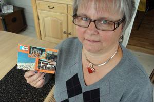 – Jag skyller inte på nån, det är bara roligt att det kom fram, säger Karin Jonsson i Järvsö, om vykortet som tog 18 år på sig att komma fram.