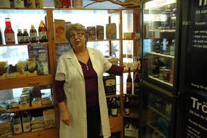 KONTAKT. Under 30 år har Anita Zetterström sett människor komma och gå i affären. Just kontakten med folk tycker hon varit det bästa med att driva butik.