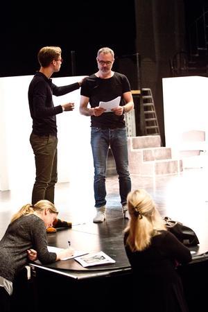 Arbete pågår. Gustav och Hans läser, Lotta och Åsa skriver.