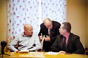 Kommunens miljöchef, Jari Hiltula, kommundirektör Bengt Marsh och smittskyddsläkare Micael Widerström, samtalar vid den första av gårdagens två presskonferenser. Foto: Anneli Åsén