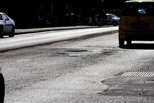 JOBBIGA POTTHÅL. Insändarskribenten beklagar sig över den usla lagningen av hålen i Gävles gator. Förra veckan berättade Arbetarbladet om läget på Gävles gator.