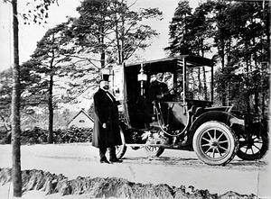 Bilden är tagen omkring 1910 i Karlslund. Den stolte mannen i hatt kan möjligtvis vara Anton Hahn, bror till Alfred Hahn.