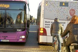 """Storgatan 2. Även vid Järntorget kan det bli trångt. """"Så här ska det inte se ut"""", säger kommunalrådet Björn Sundin. Bilden tagen torsdag 5 mars cirka klockan 07.45."""