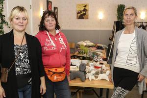 Vänninorna Helene Hillborg, Nancy Persson och Anna Westling fixade loppis på Myrgränd.