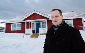 """För fyra år sedan byggde familjen Risselborn sitt hus i Fillsta på Annersia. """"Vi sökte en tomt och hittade en här"""", säger Magnus Risselborn. Nära stan, men ändå på landet, gör att familjen trivs bra.  Foto: Ulrika Andersson"""