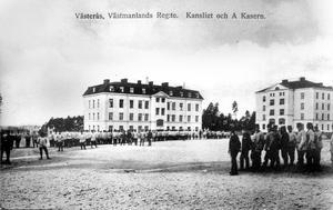 Kanslihuset i mitten och två flankerande kaserner finns kvar än i dag. Militärt vykort. Västmanlands regemente flyttade till Viksäng 1906. Tidigare höll soldaterna till i Salbohed.
