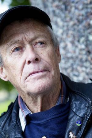Kommunfullmäktigeledamot Gerhard Carlsson (SD) är förbannad. Varken han eller någon annan Sverigedemokrat har fått plats i någon av de kommunala nämnder där de flesta viktiga beslut fattas. Rävspelet för att hålla SD utanför är ett hån mot demokratin anser han.