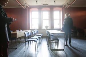 I röda rummet har det arrangerats drama, salsa och tai chi. Innan fototillfället hade det nyligen hållits en föreläsning.