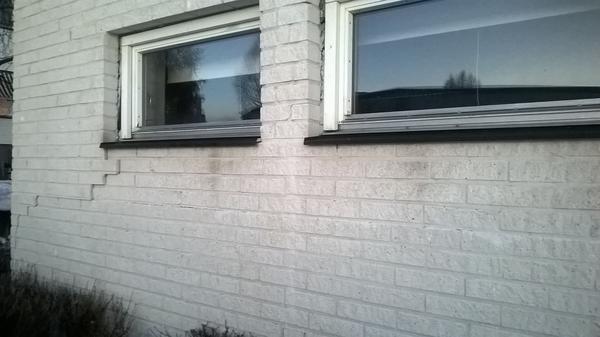 Sprickor i fasaden på Södra skolan där fukt kan tränga i och skapa mögelproblem.