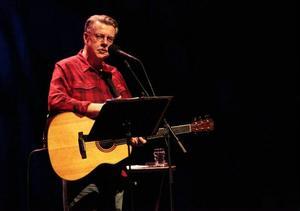Mikael Wiehe säljer ut Storsjöteatern och drar ned publikens jubel trots att han undviker de flesta av de mest spelade sångerna.