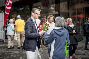 Mikael Damberg delar ut rosor, politikertorget