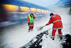 Röjer. Banverkets personal - eller underleverantörer till Banverket - röjer snö manuellt utmed hela järnvägsnätet för att minska risken för förseningar. Här en bild från Upplands Väsby. FOTO: SCANPIX