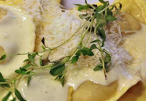 Egen ravioli är lättare att lyckas med om man tar ut svängarna lite och gör kuddarna större. Här en vegetarisk variant med svampfyllning och smakfull ostsås.