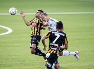 Arvid Brorsson debuterade från start i ÖSK:s backlinje. Här i tuff duell med Paulinho.