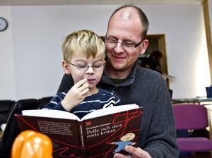 Sagoläsning. När fyraåriga Hugo Hiller väljer godnattsaga blir det gärna Nalle Puh, Bamse eller något om kråkor. Pappa Mattias Hiller läser för honom varje kväll. Han har även läst för Hugos tre storebröder.