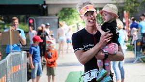 Karl-Johan Danielsson försvarade titeln i Örebro triathlon...