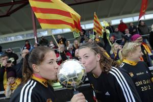 Pauline Hammarlund, till höger, pussar bucklan efter att hennes Tyresö tagit hem SM-guldet 2012. Hammarlund, född 1992, spelar i Piteå i dag.