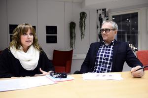 Sara Junkka och Ronny Rönnbäck på avdelningen för arbete och integration driver KomiJobb-projektet.  De tycker att facket borde hjälpa till att få ut fler i arbete i stället för att bromsa.