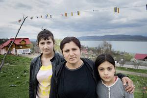 Ioana Marantzelu med sina döttrar Janina och Denisa. Ioana har varit i Sverige och ska åka om några dagar igen.