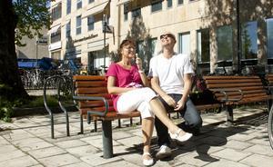 På en bänk vid Svartån sitter Karin Frykberg Eriksson med maken Stefan Eriksson och njuter av en glass i solen.