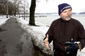 Njuter av promenader. Kurt Scharnke är ofta ute och går på promenad- och motionsslingan Lindesjön runt. Den är ett av hans politiska hjärtebarn. ARKIVBILD: GÖRAN KEMPE