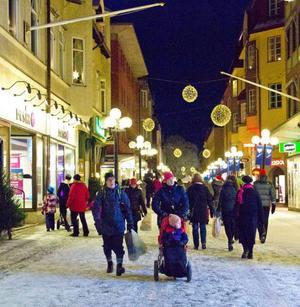 När mörkret sänkte sig över Östersunds centrum fylldes gator och torg av människor.