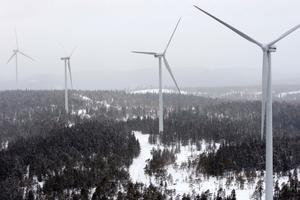 Max 199 meter höga ska vindkraftverken på Målarberget bli. Bilden är tagen i Ludvika där det finns 24 verk och planer på ytterligare 15. Vindkraftsparken i Avesta och Norberg blir av liknande typ, i skogsmark utan bebyggelse. Regeringens mål är att 50 procent av Sveriges energiförsörjning ska komma från förnybara källor år 2020, och där spelar vindkraften stor roll.